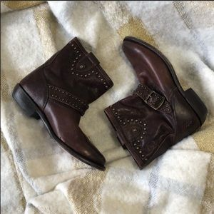 Frye Wyatt engineer stud distressed booties sz.6